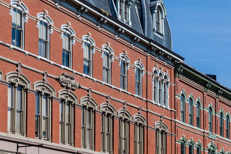 Windows на старом здании Woodman в Портленде стоковая фотография rf