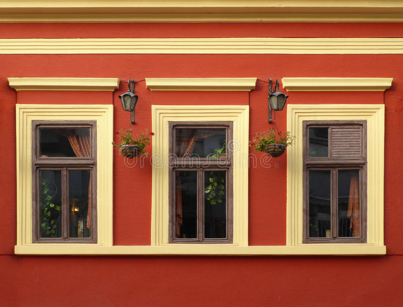 3 Windows на стене оранжевого красного цвета стоковые фото