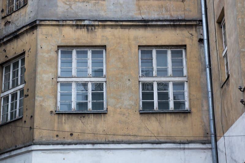 Windows на фасаде старого покинутого дома стоковые фотографии rf