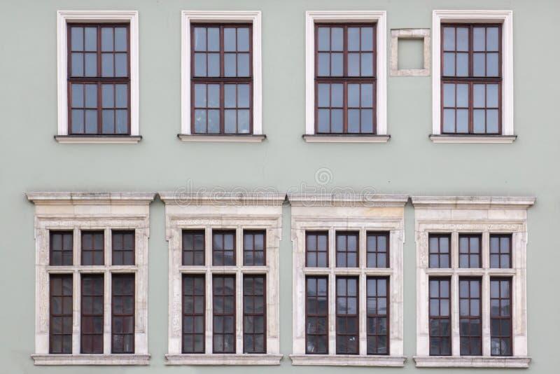 8 Windows на фасаде старых винтажных домов стоковое изображение rf