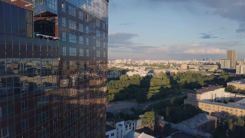 Windows офиса небоскреба с голубым небом зажим Корпоративное здание в городе Небоскреб с отраженным Windows стоковые изображения