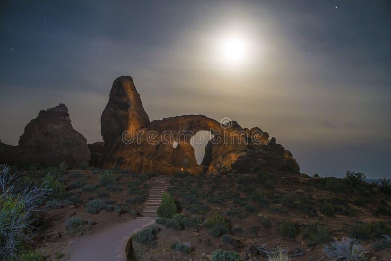 Windows сгабривает национальный парк на ноче стоковые изображения