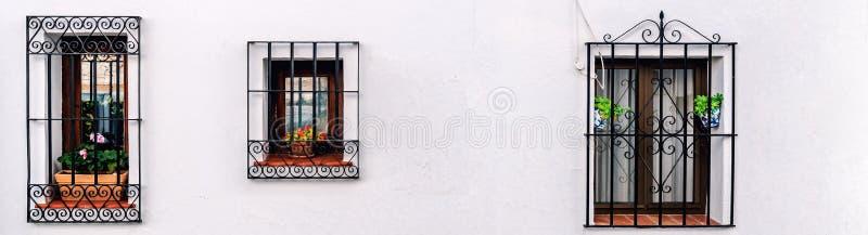 Windows с стальной решеткой на побеленной стене стоковые изображения rf