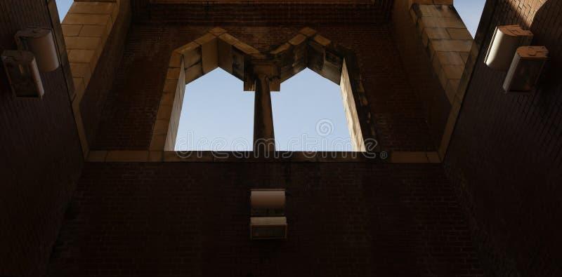 Windows arqueado gemelo y el cielo más allá fotos de archivo