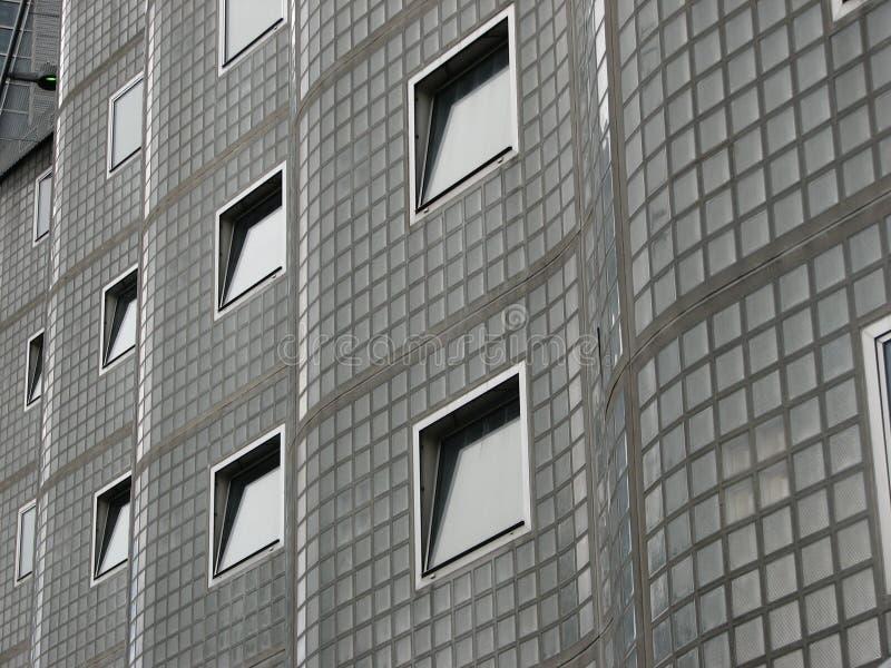Windows auf einem interessanten Gebäude lizenzfreies stockfoto