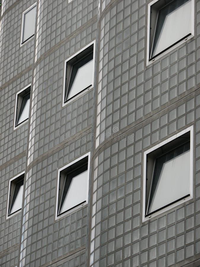 Windows auf einem interessanten Gebäude lizenzfreies stockbild