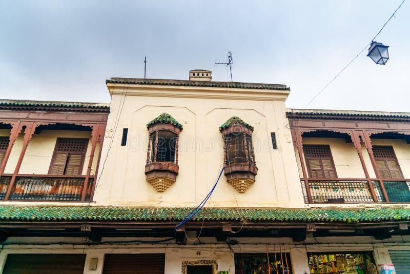Windows av byggnad på gatan av Mellah, judisk fjärdedel i Fes morocco arkivbild