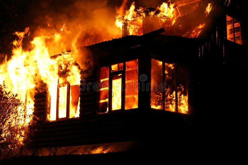 Windows av det brinnande huset arkivbilder