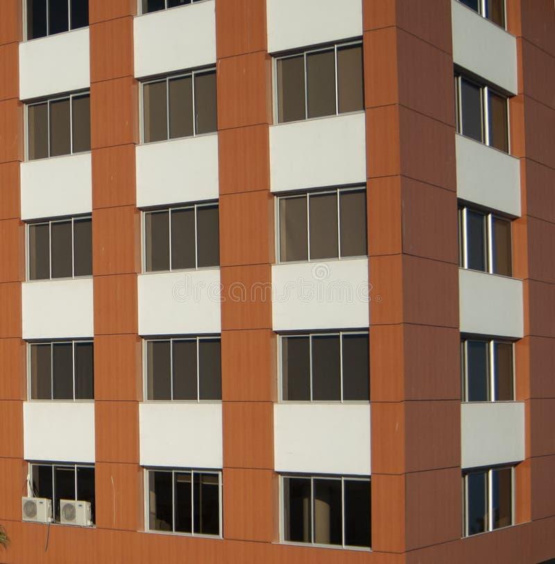 Windows av en modern byggande arkitektur royaltyfria bilder