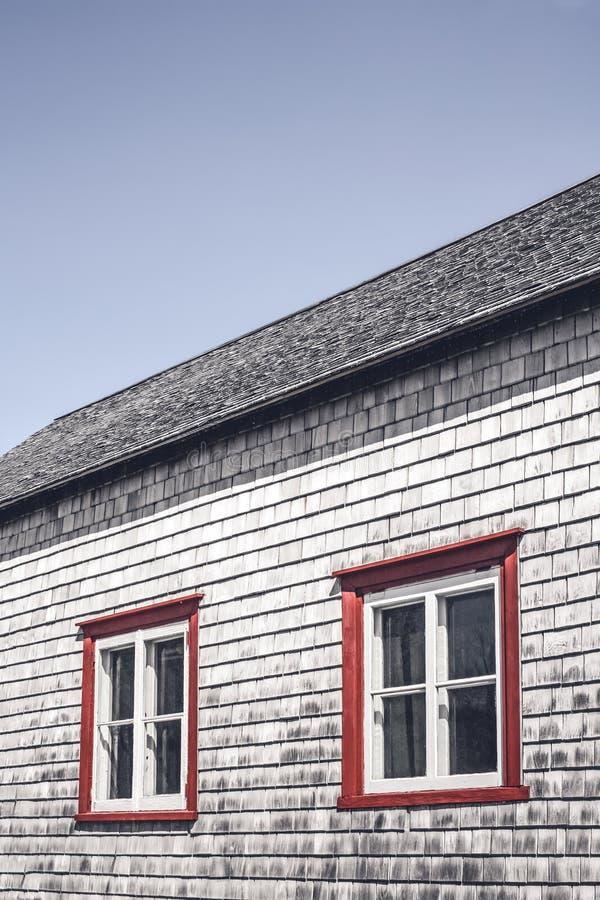 Windows av ett traditionellt lantligt hus royaltyfri bild
