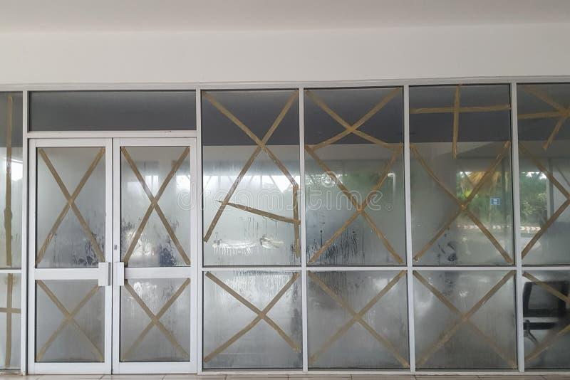 Windows av flygplatsterminalen skyddas under vindstormen Portvilla, Efate, Vanuatu royaltyfri bild