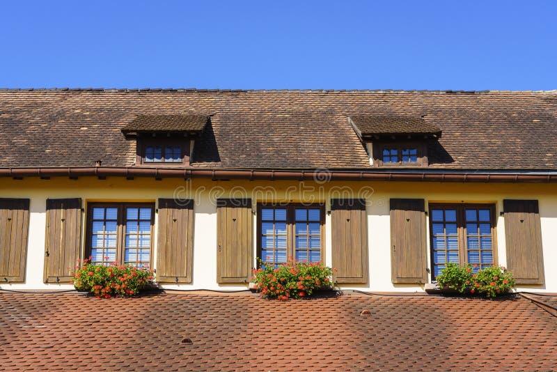 Windows avec des fleurs en Alsace, France photo libre de droits