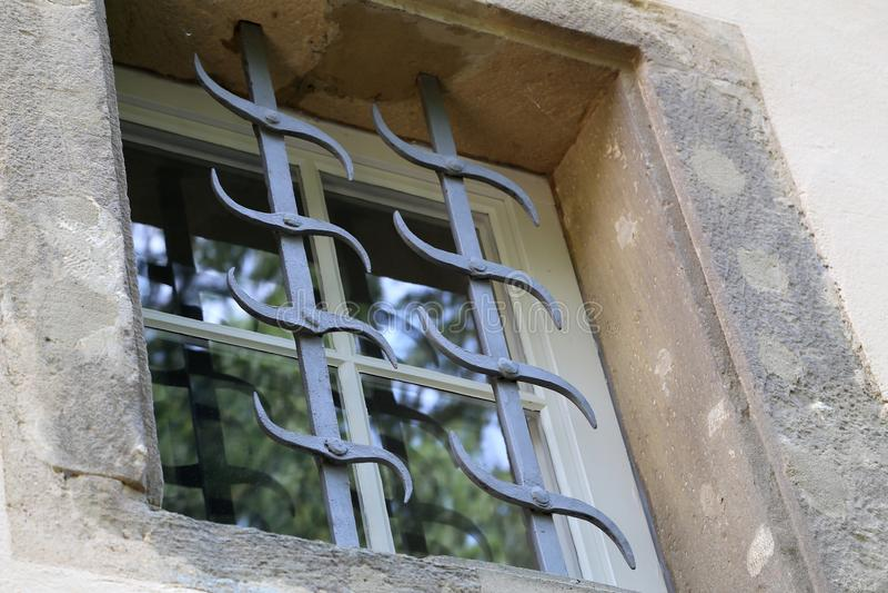 Windows avec des grils en métal image stock
