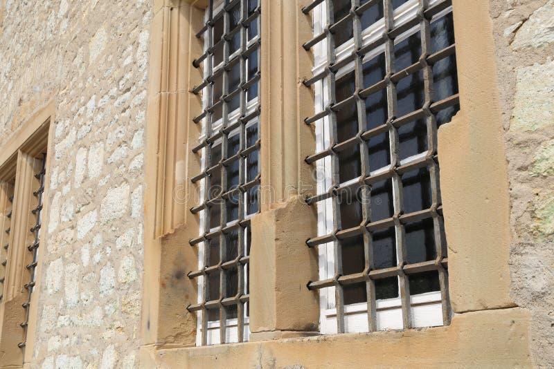 Windows avec des grils en métal image libre de droits