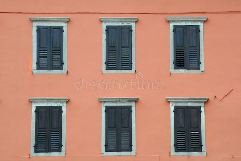 Windows avec des volets photographie stock libre de droits