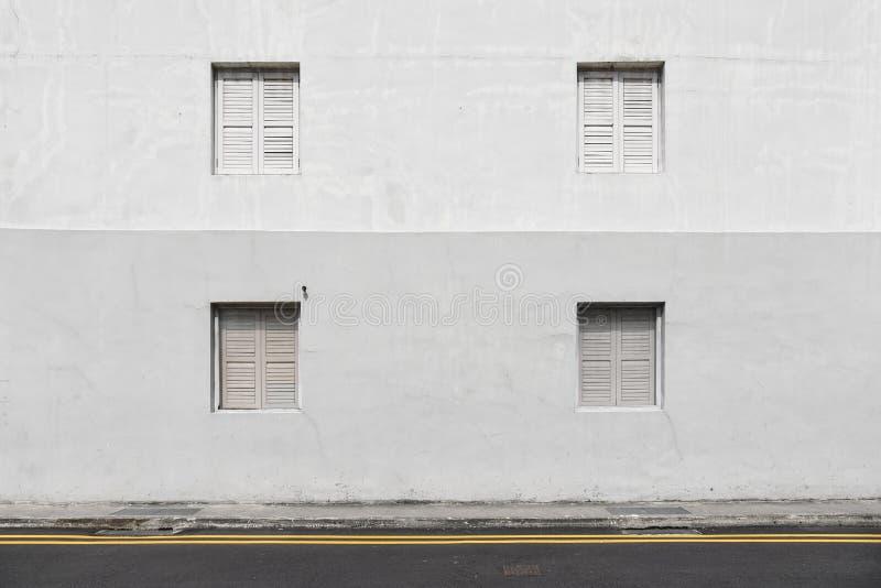 Windows avec des volets sur le mur photo libre de droits