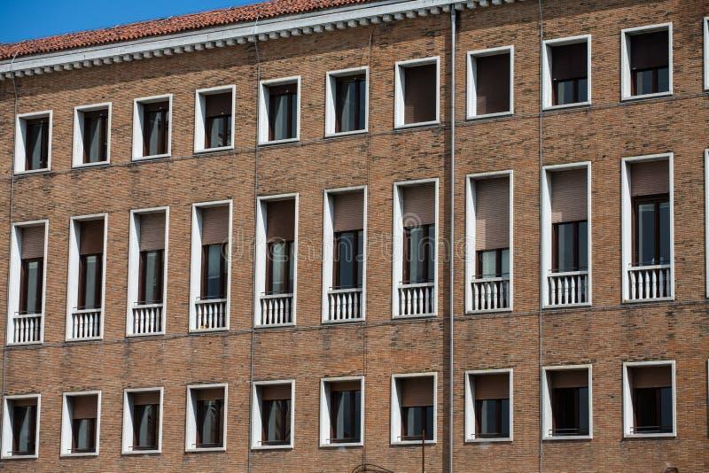 Windows blanc sur le vieil immeuble de brique de Brown images libres de droits