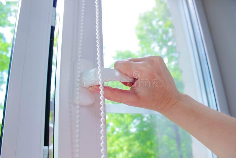 Windows blanco plástico en el fondo de hojas verdes imágenes de archivo libres de regalías