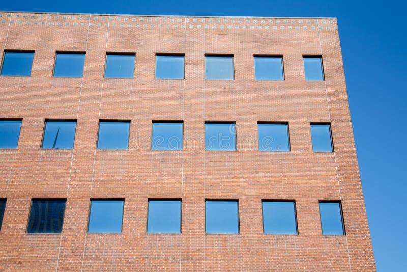 Windows blu in mattone rosso fotografia stock libera da diritti
