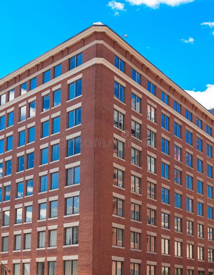 Windows blu nell'angolo di vecchia costruzione di mattone fotografie stock libere da diritti