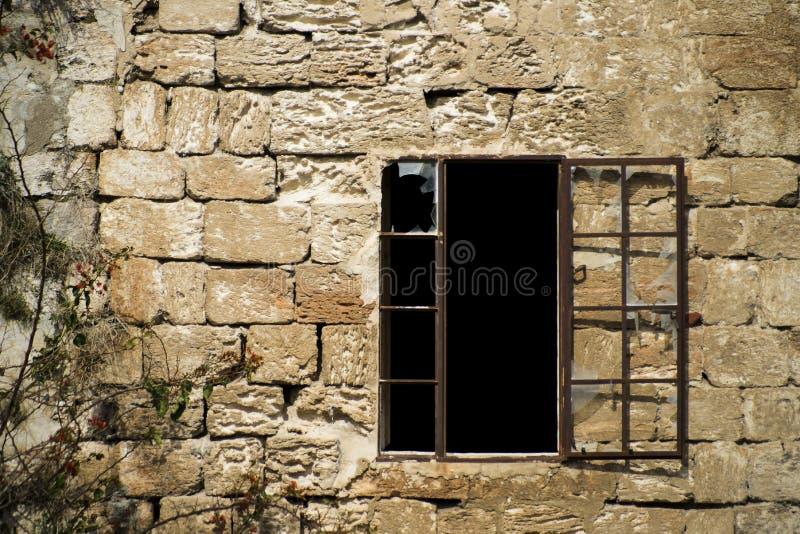 Windows cassé et mur en pierre photos libres de droits
