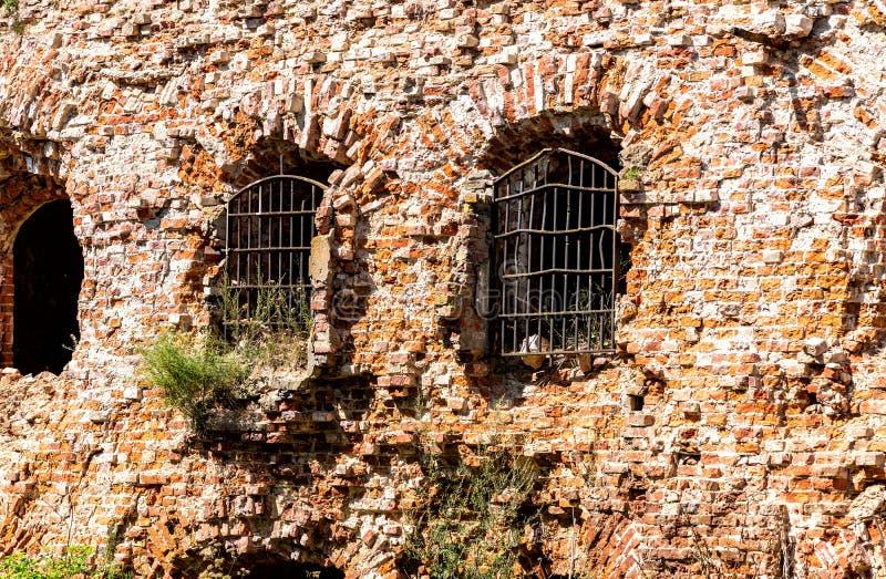 Windows com estrutura forjada na fortaleza medieval fotografia de stock