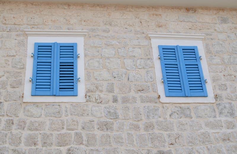 Windows com jalousie azul fotografia de stock