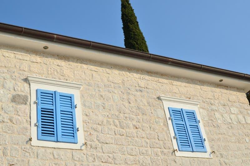 Windows com jalousie azul fotografia de stock royalty free