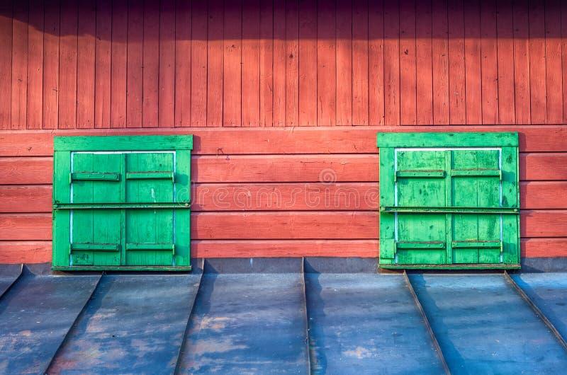 Windows con gli otturatori di legno fotografia stock