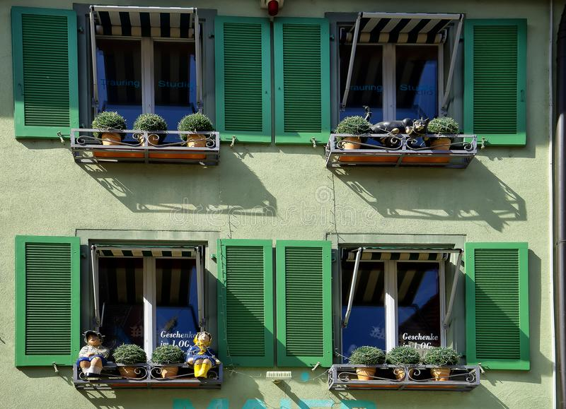 Windows con las flores Staufen im Breisgau Schwarzwald Alemania fotos de archivo libres de regalías