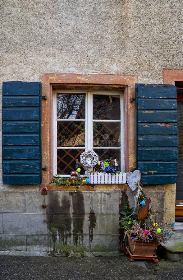 Windows con las flores Staufen im Breisgau Schwarzwald Alemania imagen de archivo libre de regalías