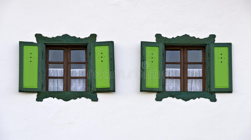 Windows con las franjas y los obturadores verdes fotos de archivo libres de regalías