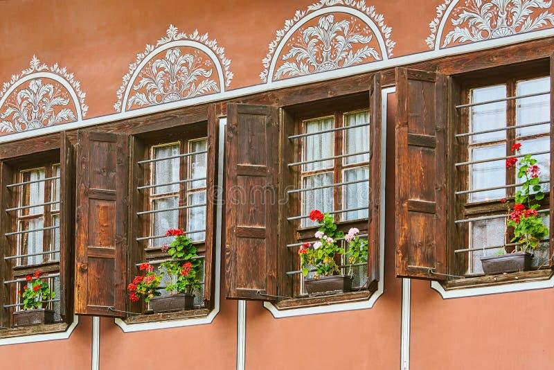 Windows d'une vieille maison photo libre de droits
