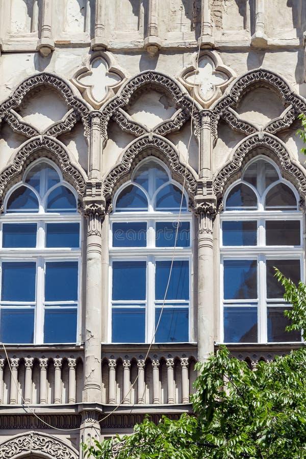 Windows da construção velha bonita de Art Nouveau em Budapest, Hunga foto de stock