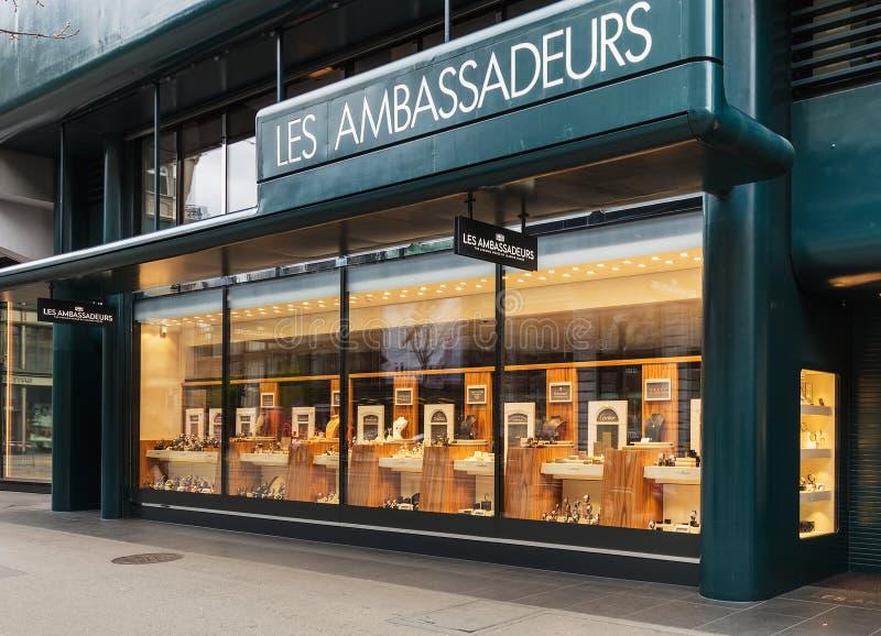 Windows da loja de Les Ambassadeurs na rua de Bahnhofstrasse mim foto de stock