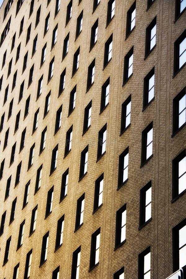 Windows dal lato di una costruzione di mattone fotografia stock