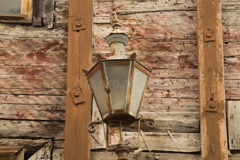 Windows de la casa de madera vieja pared de madera con la lámpara del vintage imagen de archivo libre de regalías