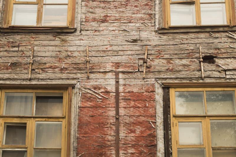 Windows de la casa de madera vieja Pared de madera con las ventanas foto de archivo libre de regalías