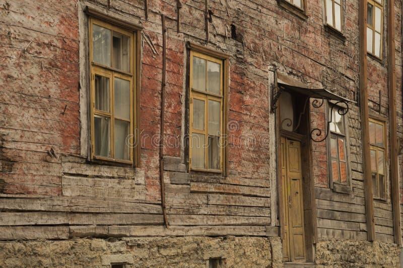 Windows de la casa de madera vieja pared de madera con las ventanas y el fondo de la puerta imágenes de archivo libres de regalías