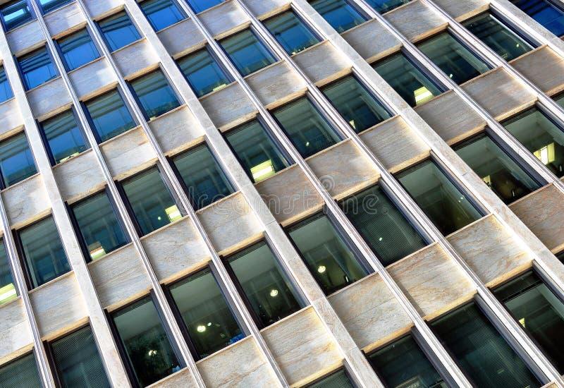 Windows de la torre de la oficina fotografía de archivo libre de regalías
