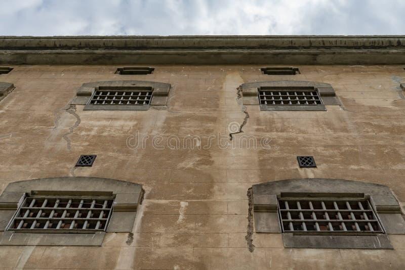 Windows de las celdas de prisión con las barras, cierre para arriba imagen de archivo libre de regalías