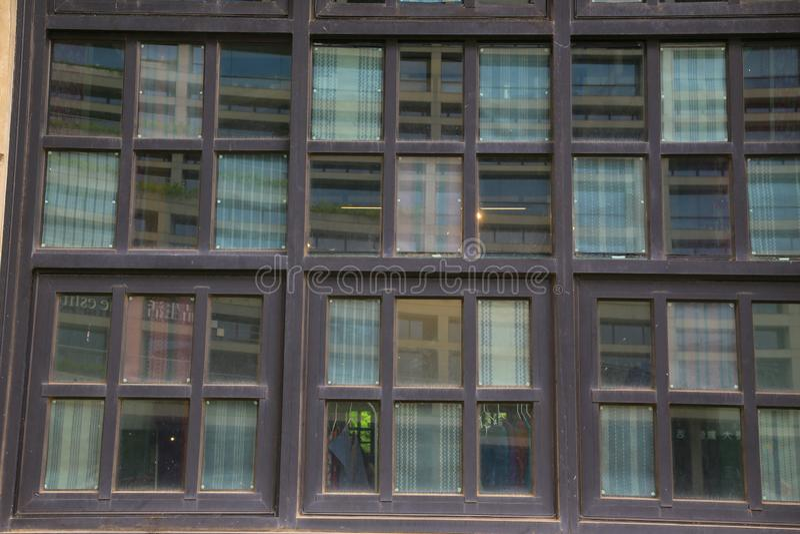 Windows de madeira de uma construção histórica foto de stock