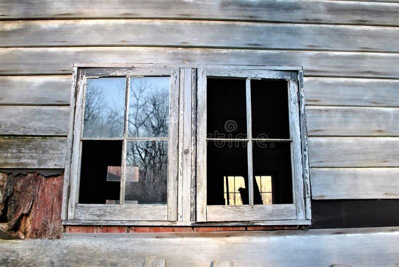 Windows de um celeiro ou de uma casa velha fotografia de stock