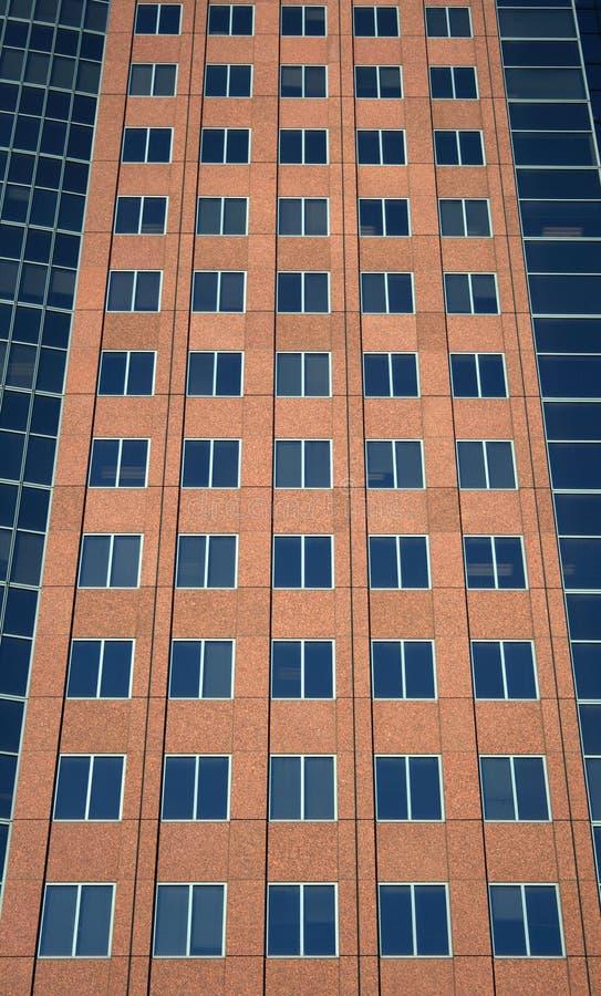 Windows de um edifício vermelho imagens de stock