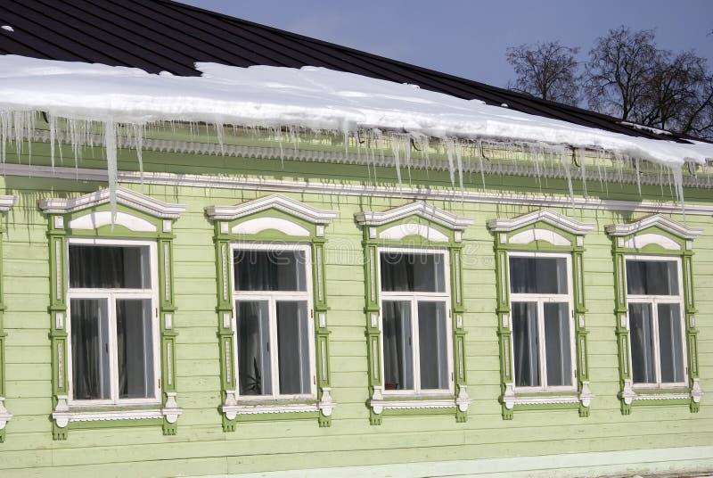 Windows de uma casa de madeira do condado decorada pelos quadros brancos foto de stock