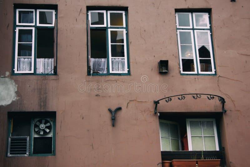 Windows de uma casa velha imagem de stock
