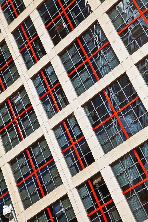 Windows de un alto edificio de la subida fotos de archivo libres de regalías