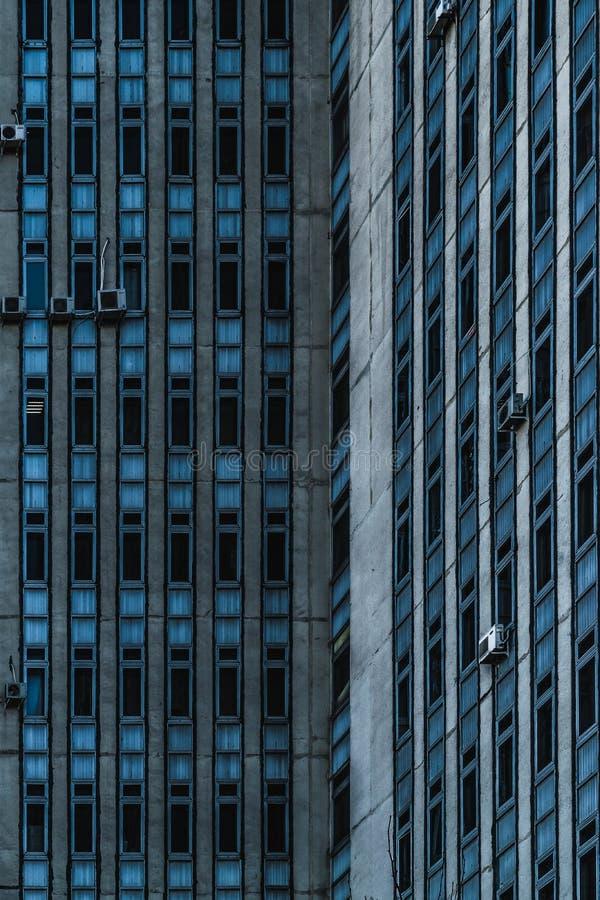 Windows de un edificio soviético viejo en Chisinau, República del Moldavia foto de archivo