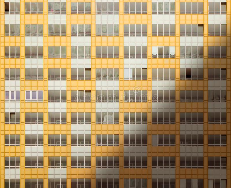 Windows de un nuevo edificio en la salida del sol fotos de archivo