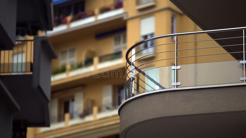 Windows del bloque de viviendas de varios pisos en ciudad europea, vista de balcones imagenes de archivo